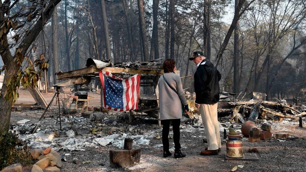 Donald Trump på besök där skogsbränderna har dragit fram i Kalifornien. I videoklippet ser du när Trump anlände till ett disigt och rökluktande Kalifornien.