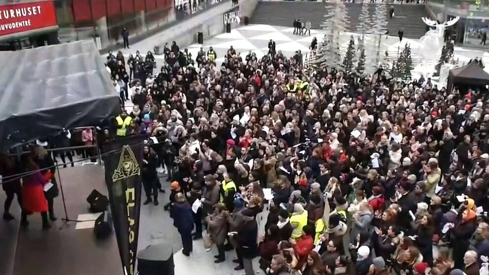 Folkmassa samlad för att demonstrerar mot dödskjutningarna