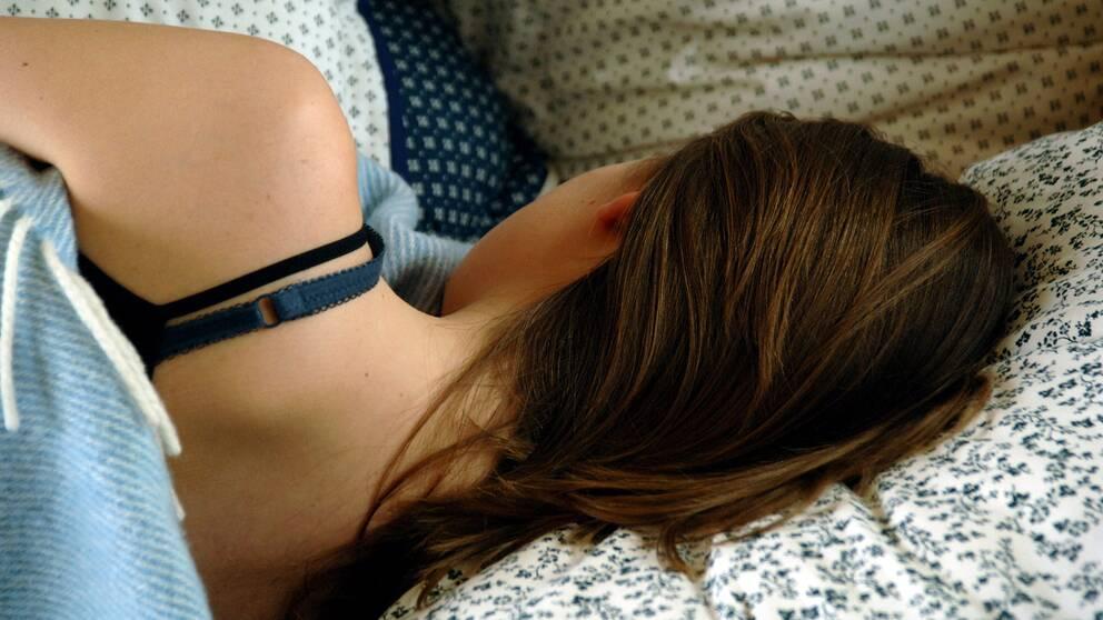 Ung tjej i en säng.