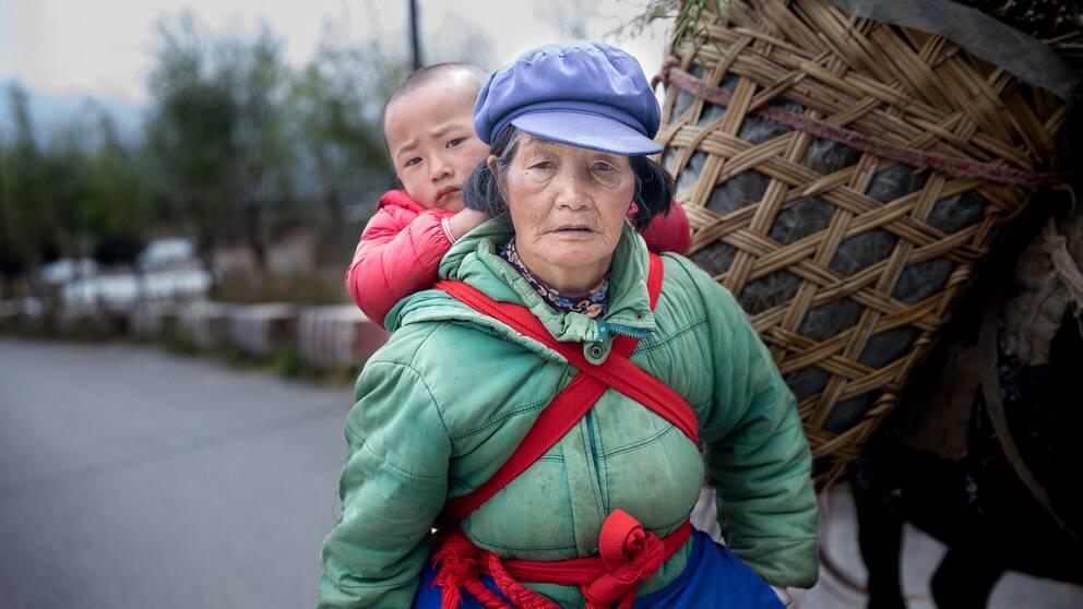 En lantbrukare är på väg hem efter en lång dags arbete på fältet. Jordbruket blir allt tuffare i regionen i och med skördar som slår fel på grund av klimatförändringar.