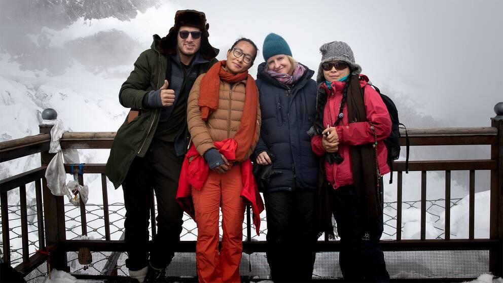 SVT:s team: Nicolai Zellmani (fotograf), Lara (lokal guide), Ulrika Bergsten (korrespondent), Yifei Feng (tolk)
