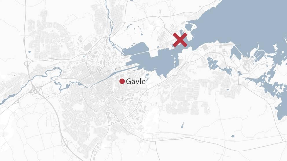 En karta över Gävle där hamnen är markerad med ett rött kryss.