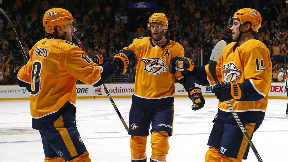 Från vänster: Nashvilles Kyle Turris firar med Mattias Ekholm och Calle Järnkrok.
