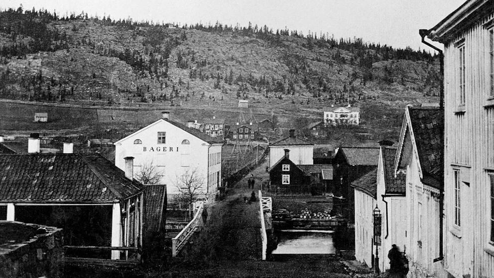 En av de tidigaste upplagorna av Storbron över Selångersån, byggd i trä. Bilden tagen från söder mot norr omkring år 1870