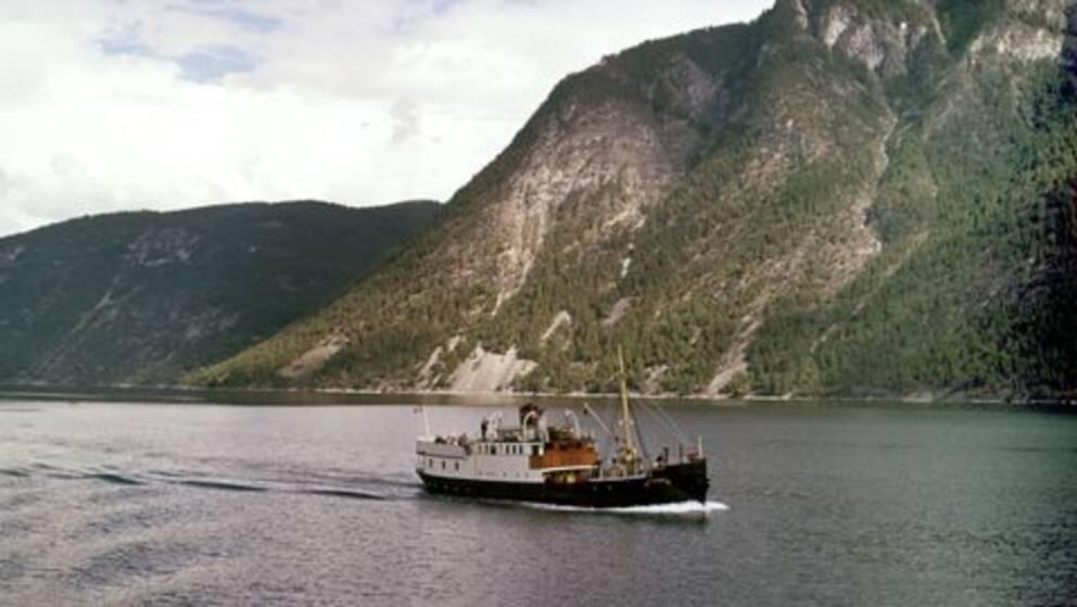 Godstransport mellan små samhällen i norsk fjord.