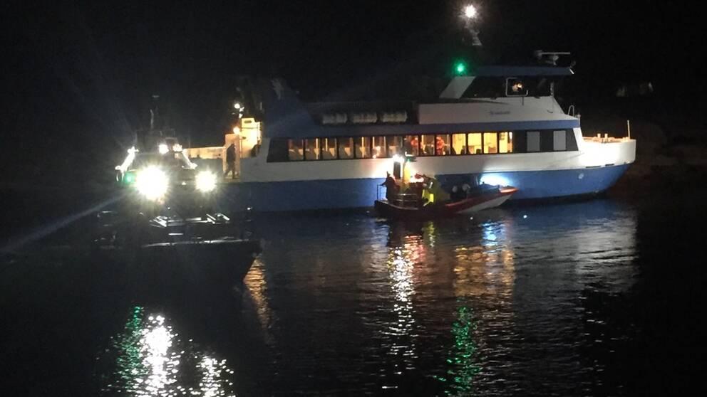 En bild på en färja och en båt från sjöräddningen.