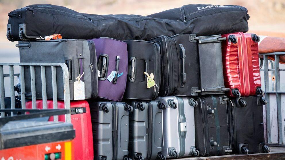 En bagagevagn med resväskor på Stockholm Arlanda Airport.