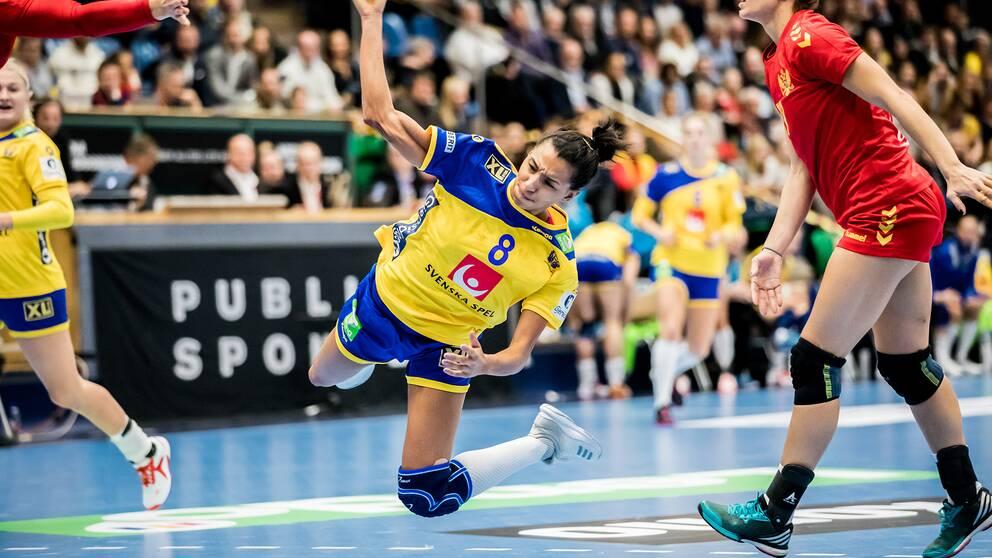 Sveriges Jamina Roberts avslutar mot mål.