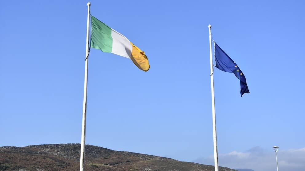 Irlands och EU:s flagga vajar över gränstrakterna mellan Irland och Nordirland.