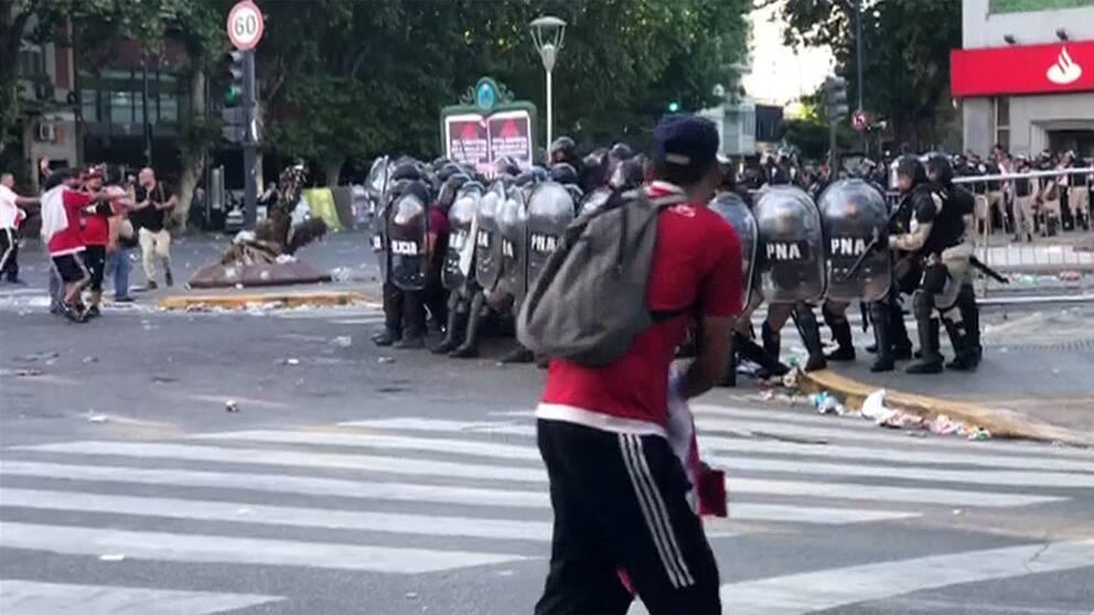 Bilden visar fotbollshuliganer som drabbar samman med kravallpolis efter en inställd fotbollsmatch i Buenos Aires, Argentina.
