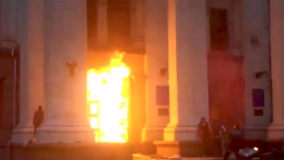 Många människor har dödats i en byggnad som stuckits i brand i Odessa i södra Ukraina