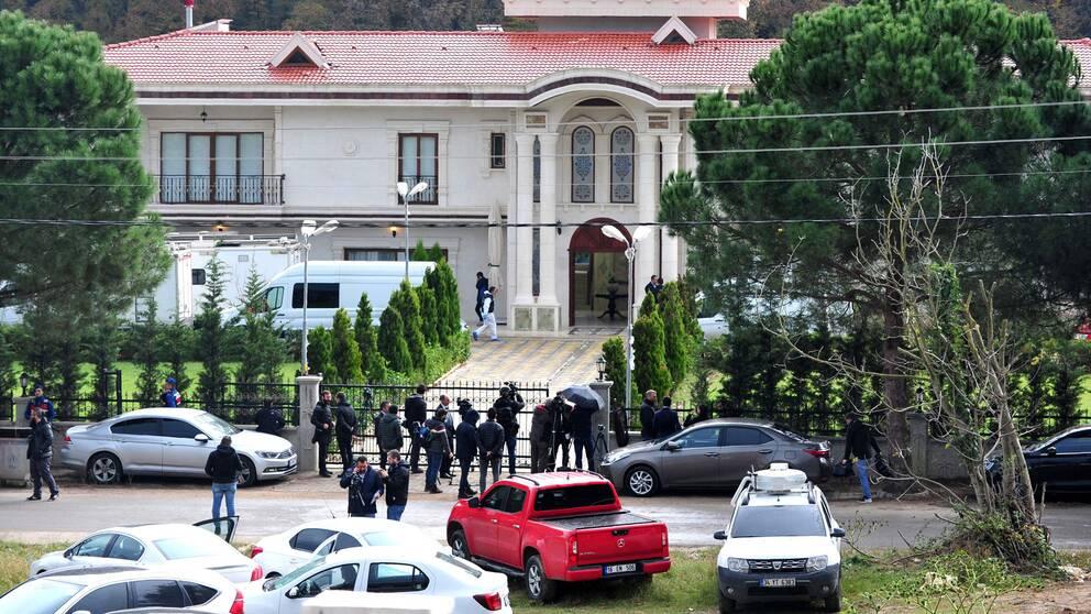 Villan i Yalova, med pressen utanför och rättsmedicinska tekniker innanför grindarna.