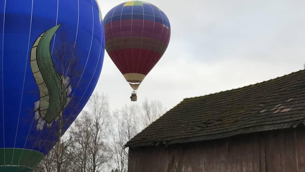 en luftballong i luften över en gammal lada