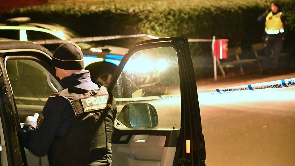 Polisen spärrade av ett område för teknisk undersökning efter att en man skadats i ett bråk och förts till sjukhus med stickskador.