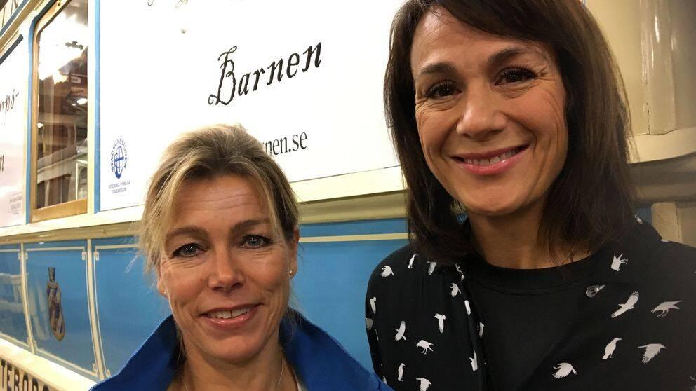 En bild på Anette Tingets och Alexandra Zazzi utanför en spårvagn.