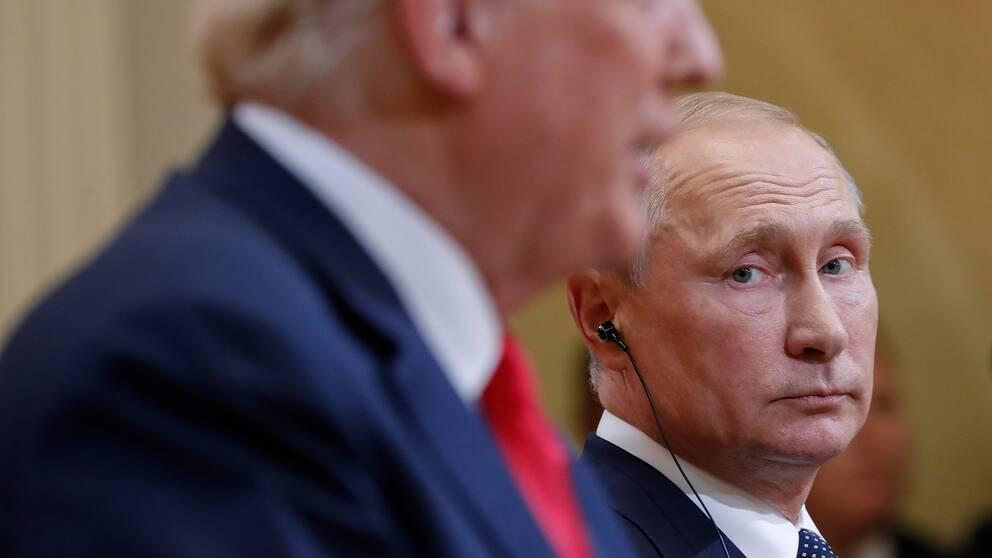 Rysslands president Vladimir Putin tittar på USA:s Donald Trump under en presskonferens.