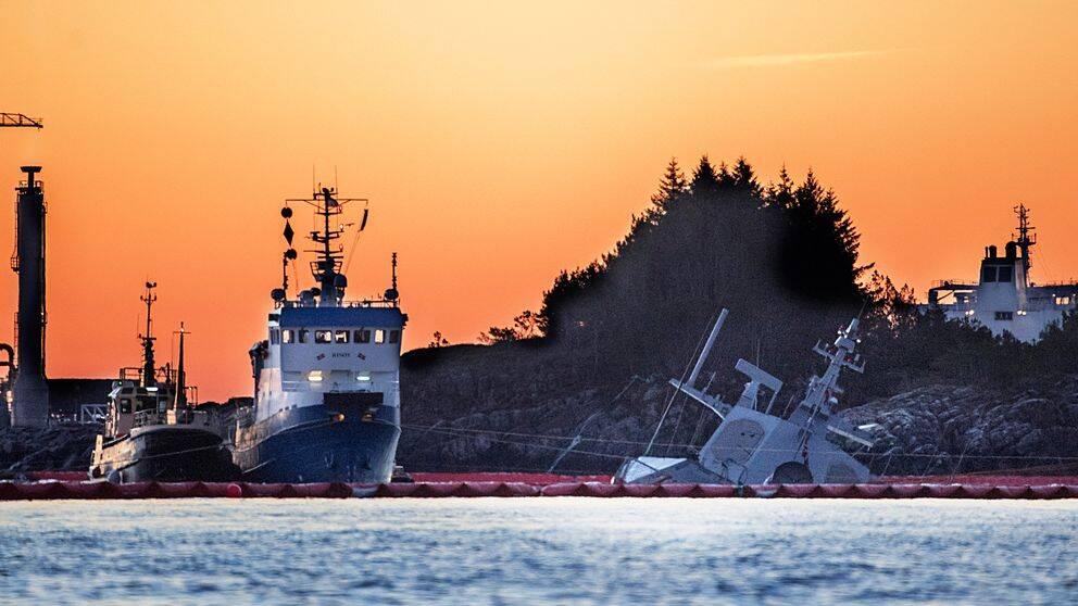 Arbete pågår inför lyftning av den havererade norska fregatten Helge Ingstad nära Bergen den 24 november 2018.