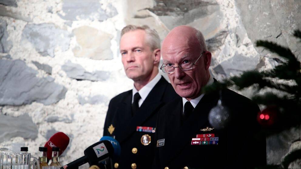 Norges överbefälhavare Haakon Bruun-Hanssen, höger, och marinchefen Nils Andreas Stensones kommenterar haverikommissionens preliminära rapport den 29 november 2018.