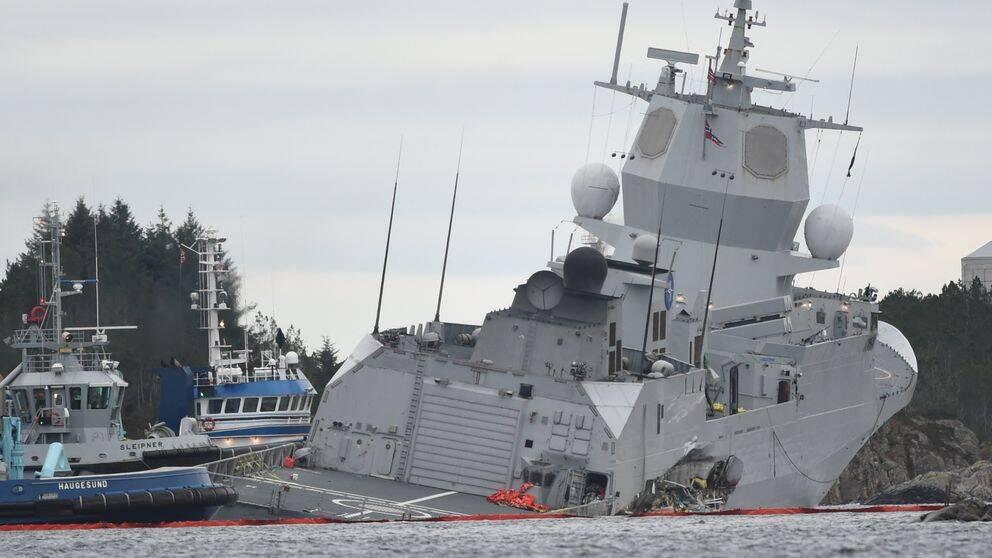 Fregatten Helge Ingstad fotograferad efter att fartyget bogserats till land den 8 november 2018.