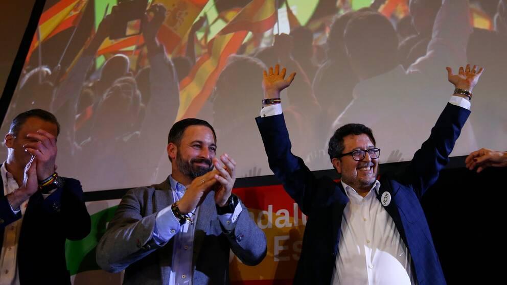 Vox-ledaren Santiago Abascal och den regionale kandidaten Francisco Serrano firar efter söndagens val i Andalusien.