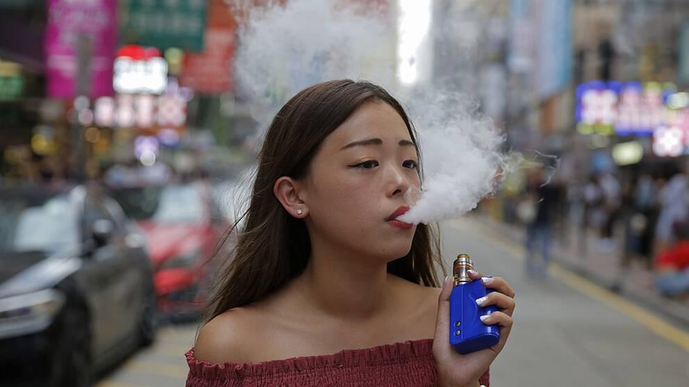 20-åriga Jamie Tsang i Hongkong röker e-cigaretter. I Hongkong vill myndigheterna totalförbjuda elektroniska cigaretter.
