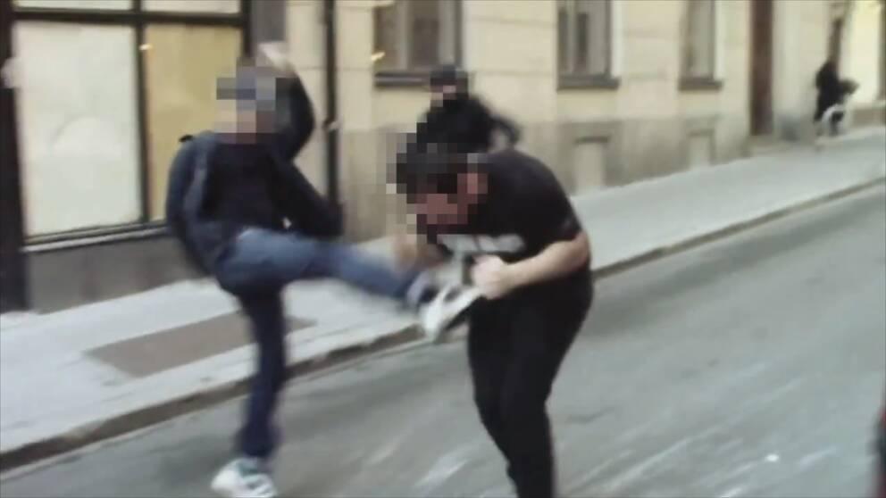 När de två gästarbetarna försökte fly jagade vänsteraktivisterna efter.