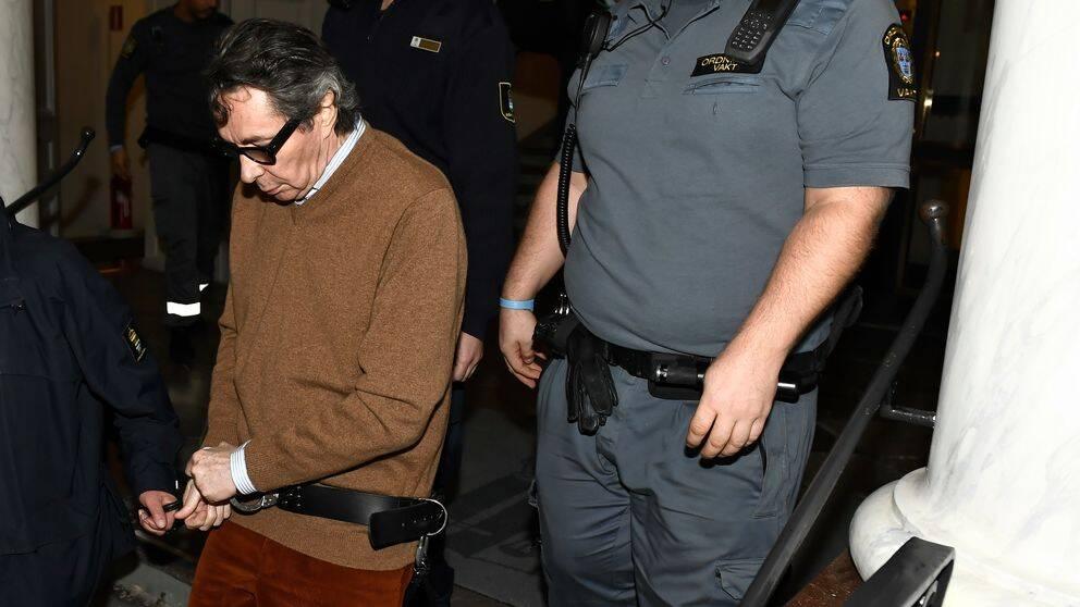 På bilden syns kulturprofilen Jean-Claude Arnault i handfängsel.