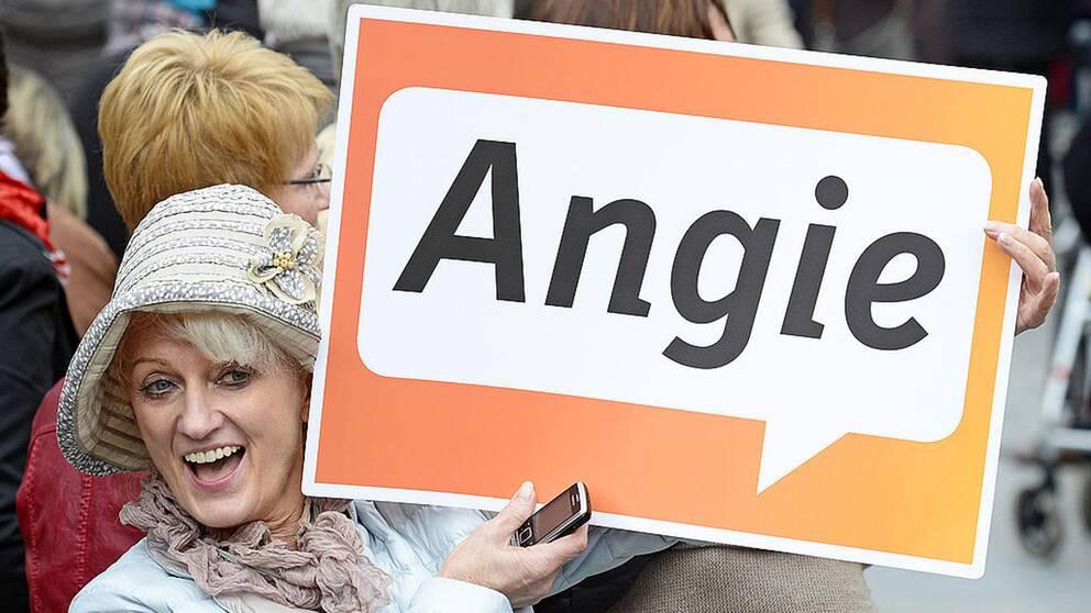 Kvinna med skylt där det står Angie