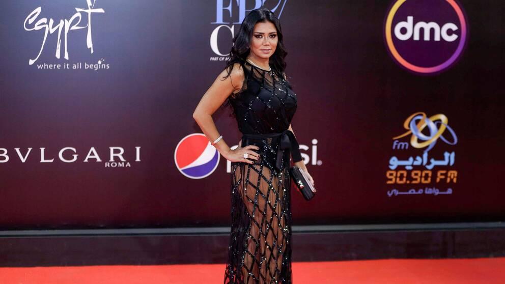 Skådespelaren Rania Youssef iklädd en svart, lång nätklänning.