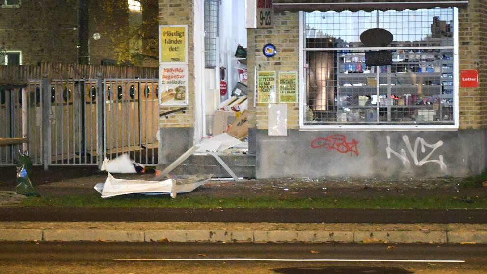 Entrén till livsmedelsbutiken sprängdes sönder, natten mot tisdag.