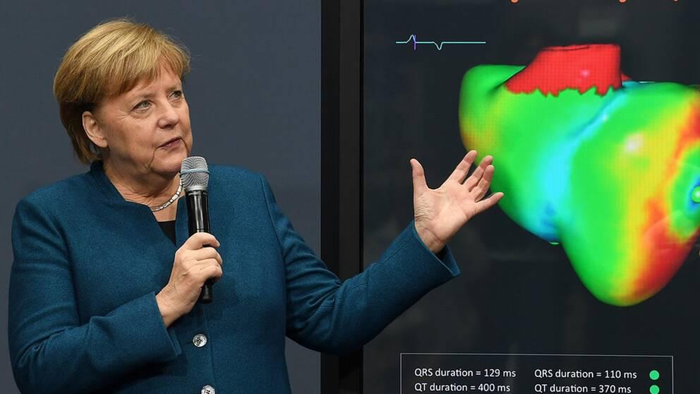 Angela Merkel talar i en mikrofon.