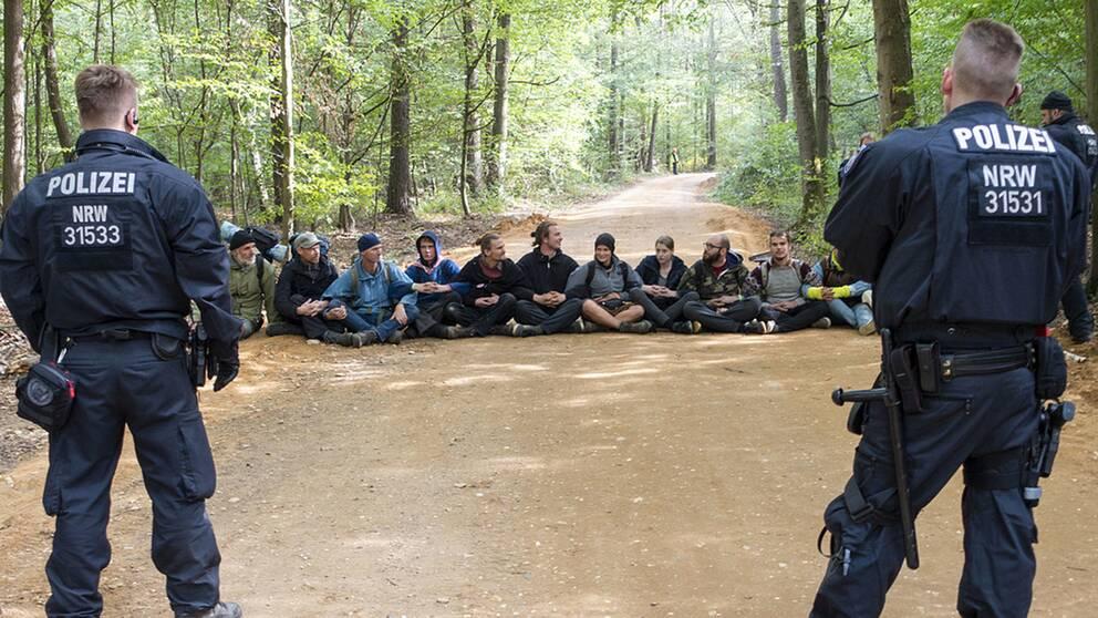 Polier och aktivister i en skog i Tyskland.