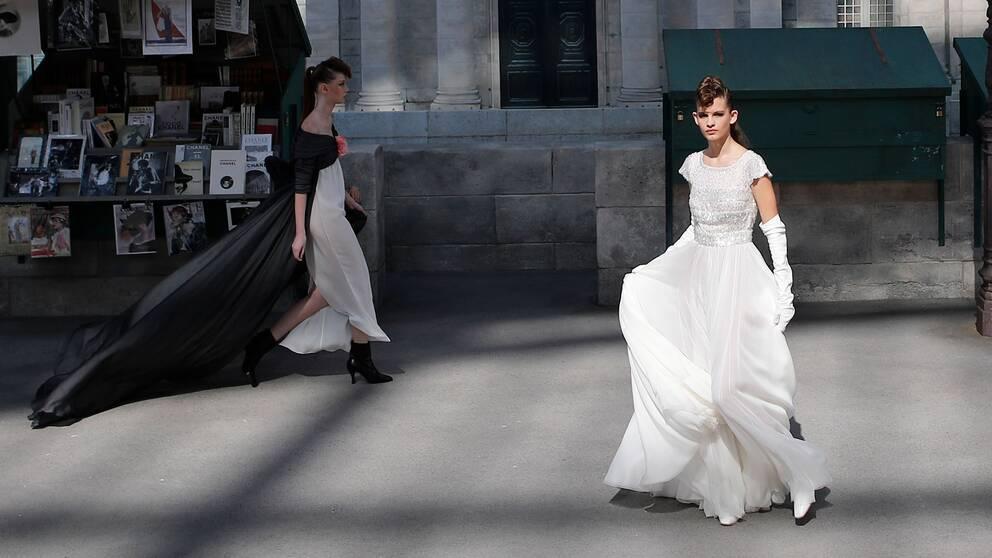 Modeller visar upp Chanel-kreationer i samband med deras höstvisning i Paris i somras.