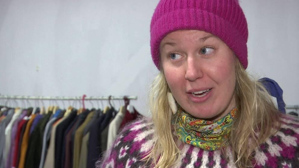 Charlotte Libäck, kulturproducent, med rosa mössa och kofta.