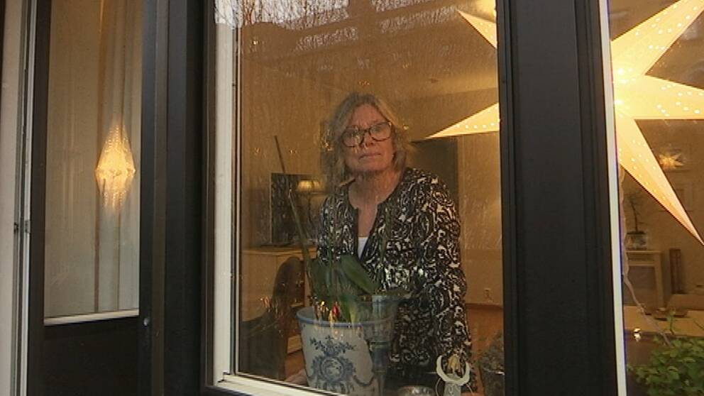 Birgitta Seleskog tittar ut genom fönstret