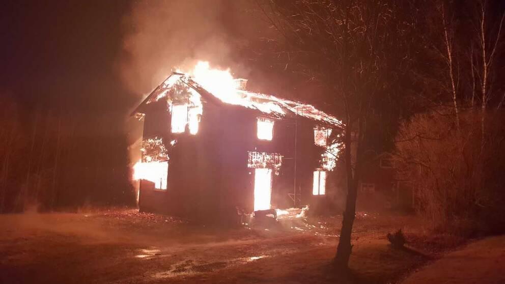 En övertänd villa i Svedjeholmen utanför Örnsköldsvik kunde inte räddas.