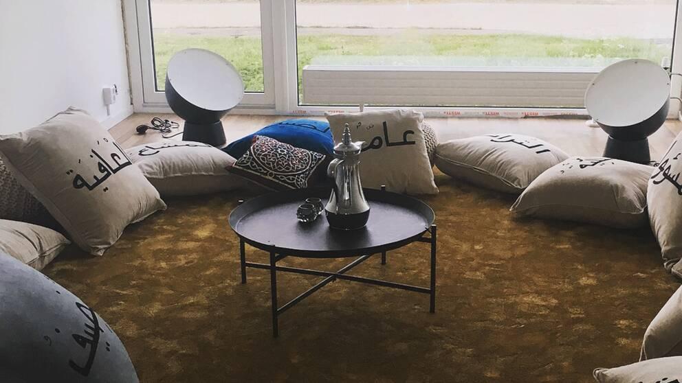 """Verket """"The Livingroom"""" i Boden är ett verk av Sandi Hilal."""