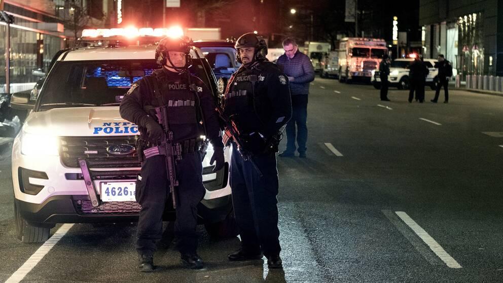 Poliser utanför Time Warner-byggnaden.