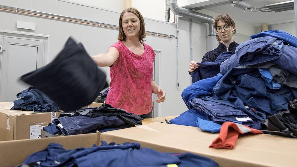 Projektledare Susanne Eriksson och sorteringsledare Tove Runefelt sorterar textilier