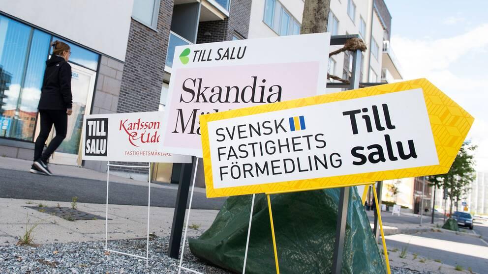 Skyltar från olika mäklarfirmor gör reklam för lediga lägenheter i ett nybyggt område i Sundbyberg