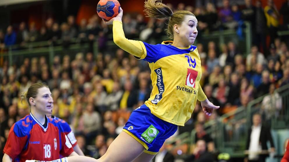 Anna Lagerquist med bollen under en EM-kvalmatch i mot Serbien.