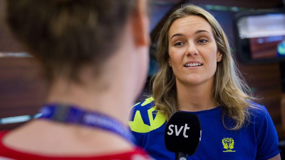 Sabina Jacobsen intervjuas av SVT:s reporter Ellen Hellmark.