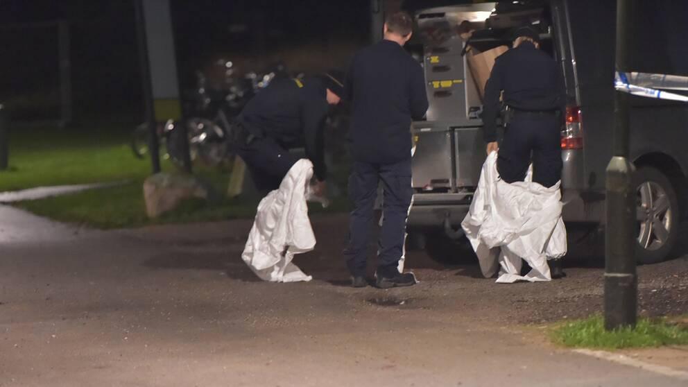 Bombskyddet på plats efter explosionen i Västra Söderkulla.