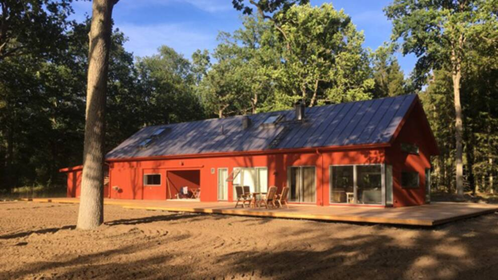 rött avlångt trähus