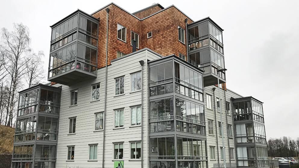 flerbostadshus med många inglasade balkonger