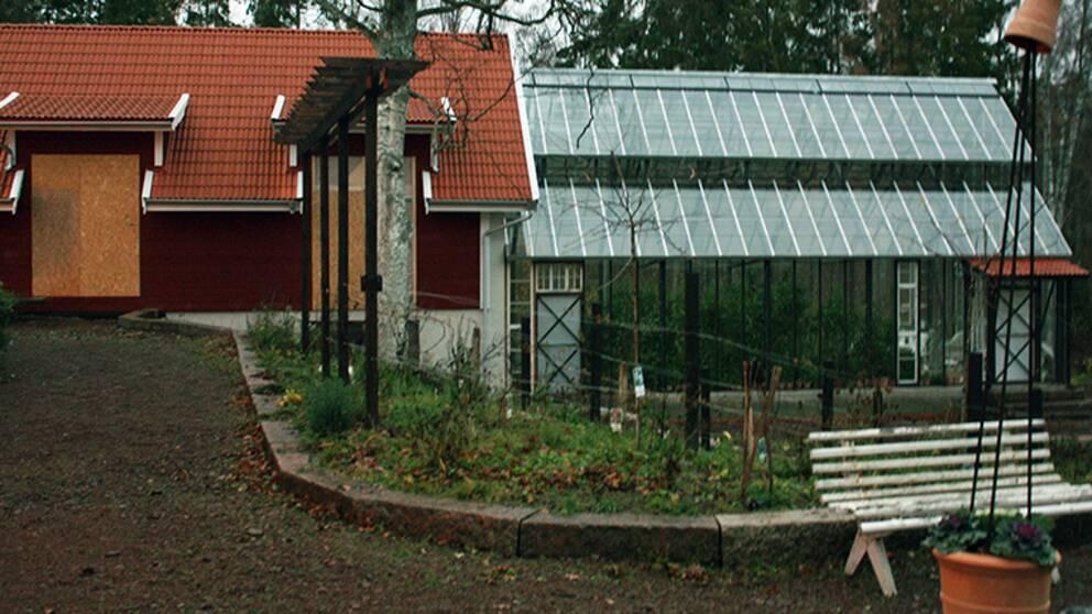 Hus med vidbyggt växthus