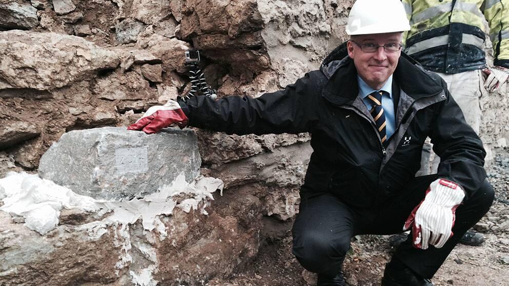 Riksantikvarie Lars Amréus lägger första stenen vid renoveringen av ringmuren i Visby.