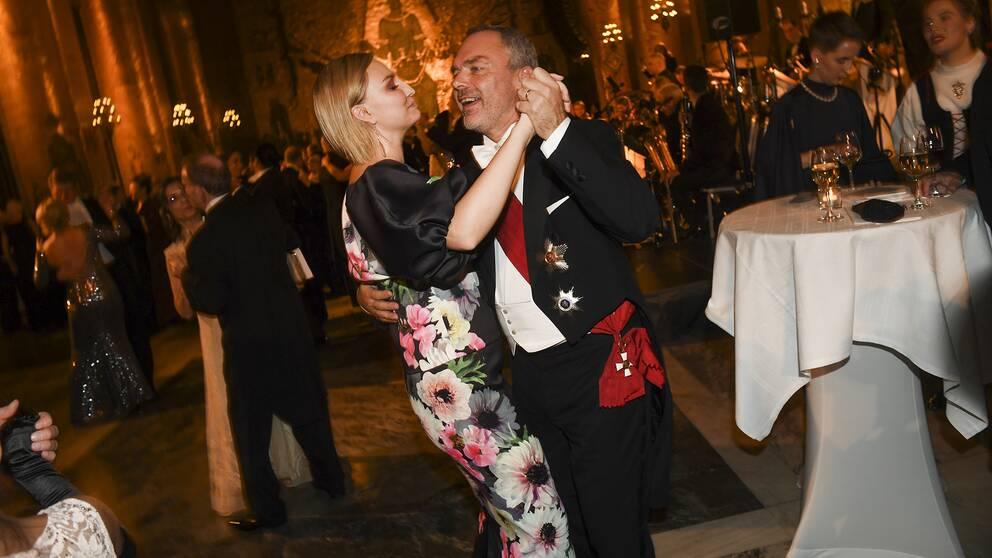 Kristdemokraternas ledare Ebba Busch Thor i blommig överdel och långkjol tillsammans med Liberalernas partiledare Jan Björklund.