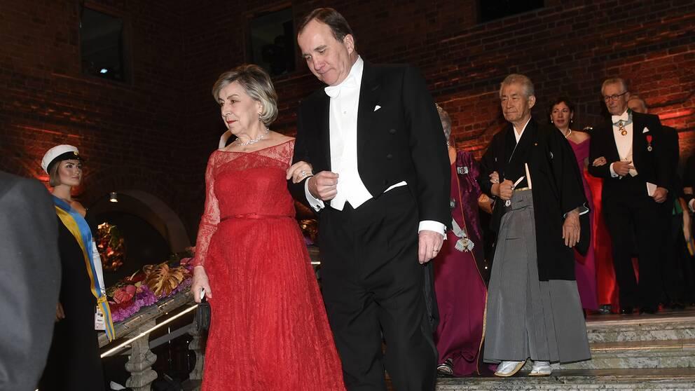 Fysikpristagaren Gérard Mourous maka Marcella Mourou i rött.