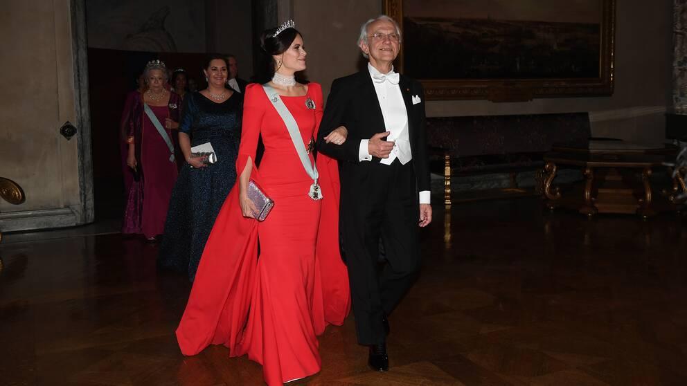 Prinsessan Sofia återanvände tiaran från sitt bröllop, men bytte ut smaragder mot pärlor. Rött var en populär klänningsfärg under kvällen. Från prinsessans klänning i siden med puff och öppna ärmar...
